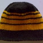 Шапочка чёрная с жёлтыми полосками вид сбоку