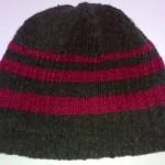 Шапочка чёрная с красными полосками вид сбоку