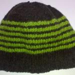 Шапочка чёрно-зелёная полосатая вид сбоку