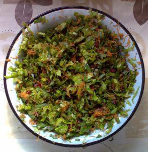 Листья свёклы и зелёного салата, морковь