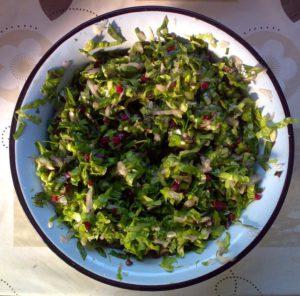 Листья зелёного салата и лист свёклы, огурец