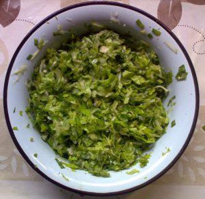 Лист сныти, огурец, листья зелёного салата, перья чеснока