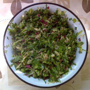 Огурец, лист свёклы, лист зелёного салата, перья чеснока
