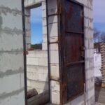 Как вставить входную железную дверь в дом?